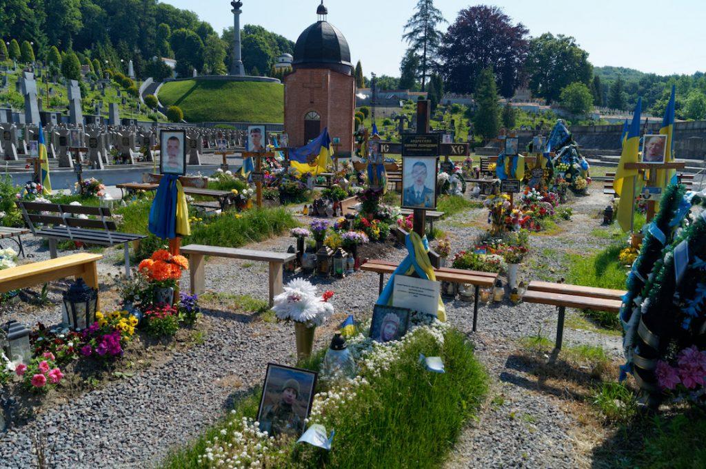 Groby poległych ukraińskich żołnierzy na Cmentarzu Łyczakowskim we Lwowie