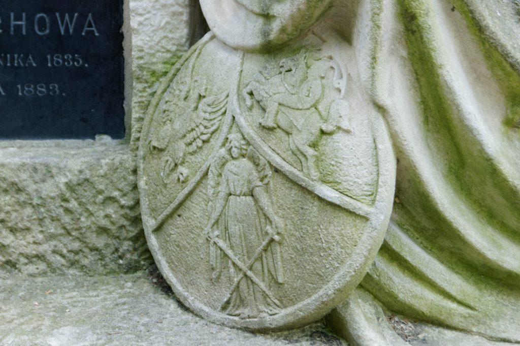 Zbliżenie na detale grobowca - Symbole (ostatecznie nieutworzonej) Rzeczypospolitej Trojga Narodów: Orzeł, Pogoń i postać Archanioła Michała - patrona Rusi