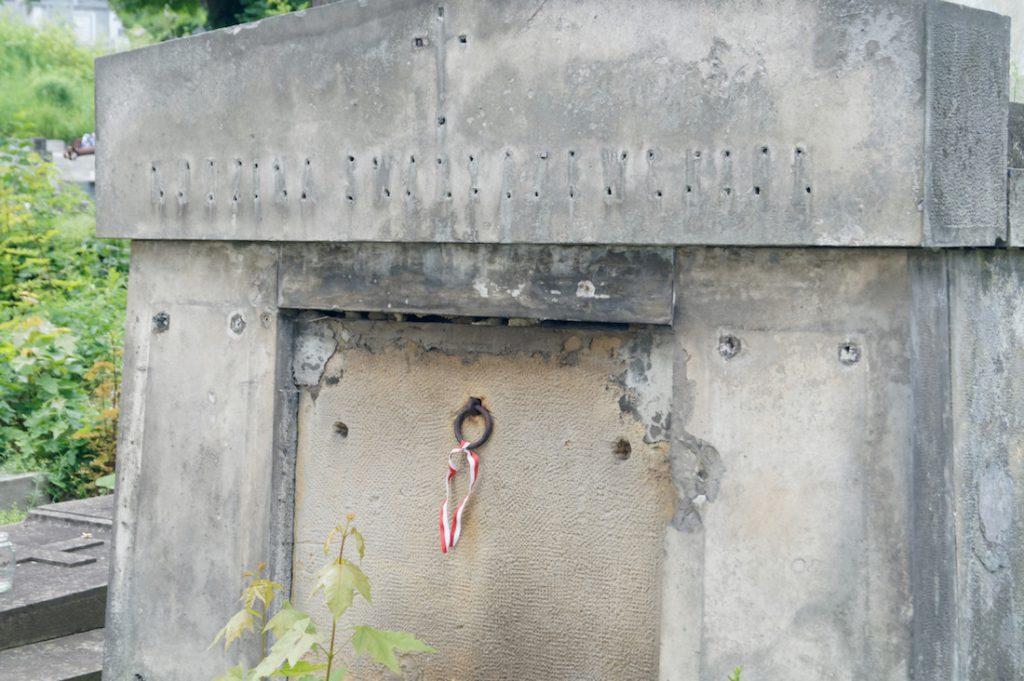 Niektóre z grobów uległy dewastacji w postaci pourywanych polskich napisów