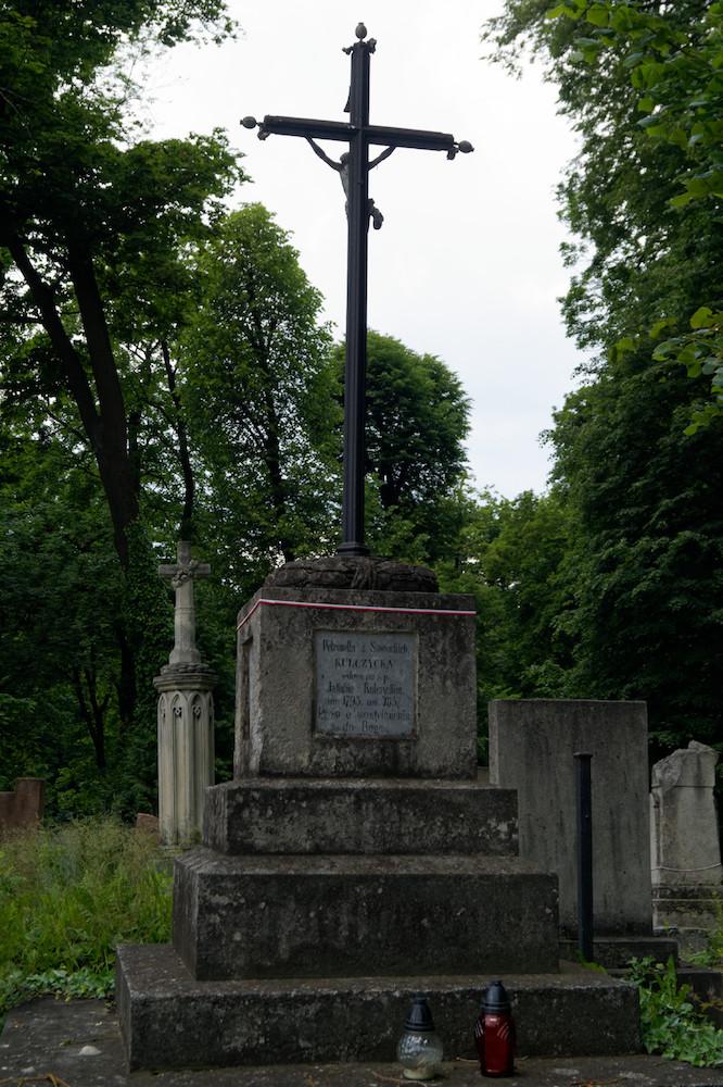 Wiele z mniej znanych grobów jest zaniedbanych, pomimo tego często symbolicznie są oplecione biało-czerwoną wstążką
