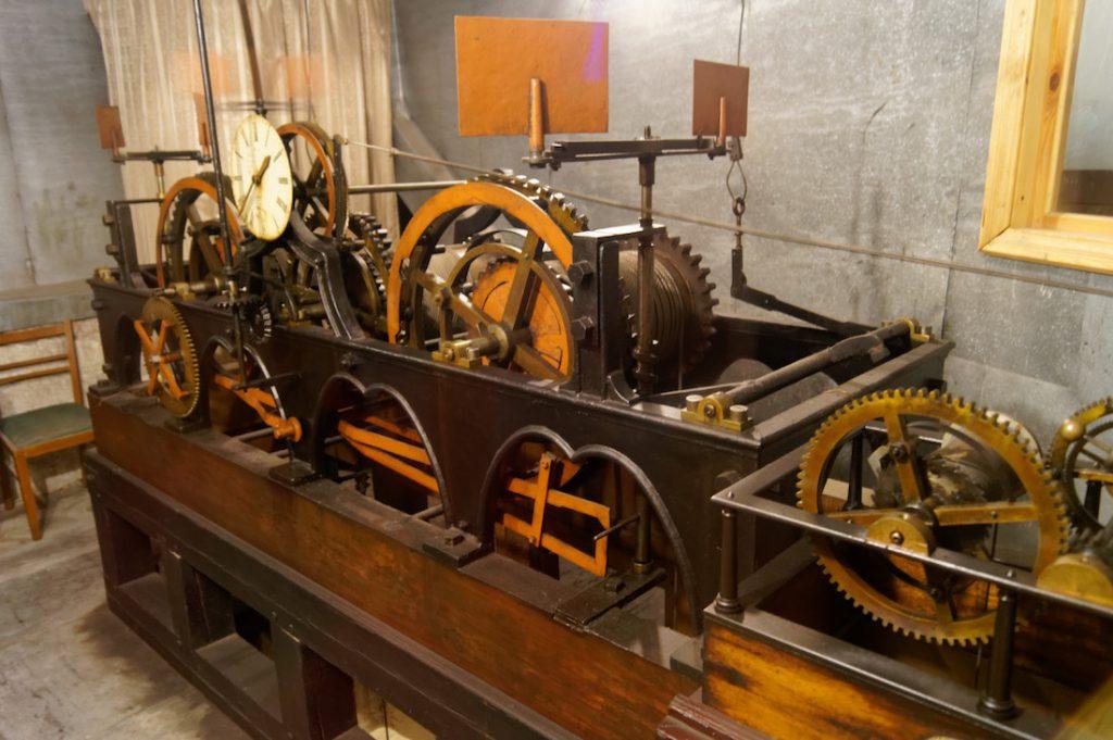 Zabytkowy mechanizm zegara na Ratuszu