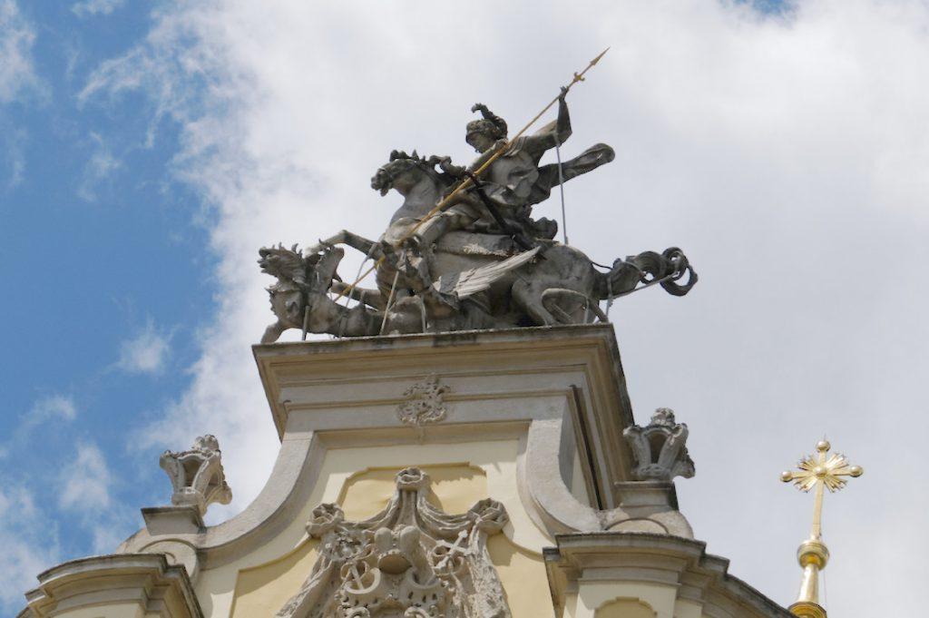 Święty Jur to Święty Jerzy - Rzeźba św. Jerzego (zgodnie z legendą) ubijającego smoka znajduje się na górze budowli