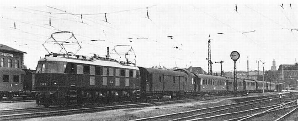 Elektryczny pociąg na stacji Wrocław Świebodzki - Źródło: dolny-slask.org.pl