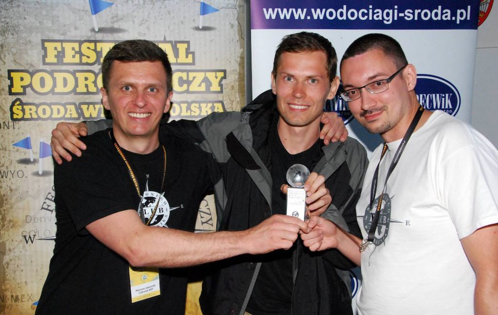 Laureat nagrody publiczności III Festiwalu Podróżniczego w Środzie Wielkopolskiej - Tomasz Jakimiuk (w środku)