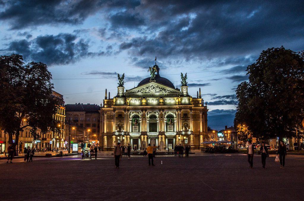 Lwowska Opera wieczorem jest pięknie podświetlona - Foto: Adrian Sitko