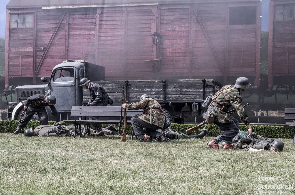 Inscenizacja historyczna, w tle historia Złotego Pociągu - Foto: Adrian Sitko