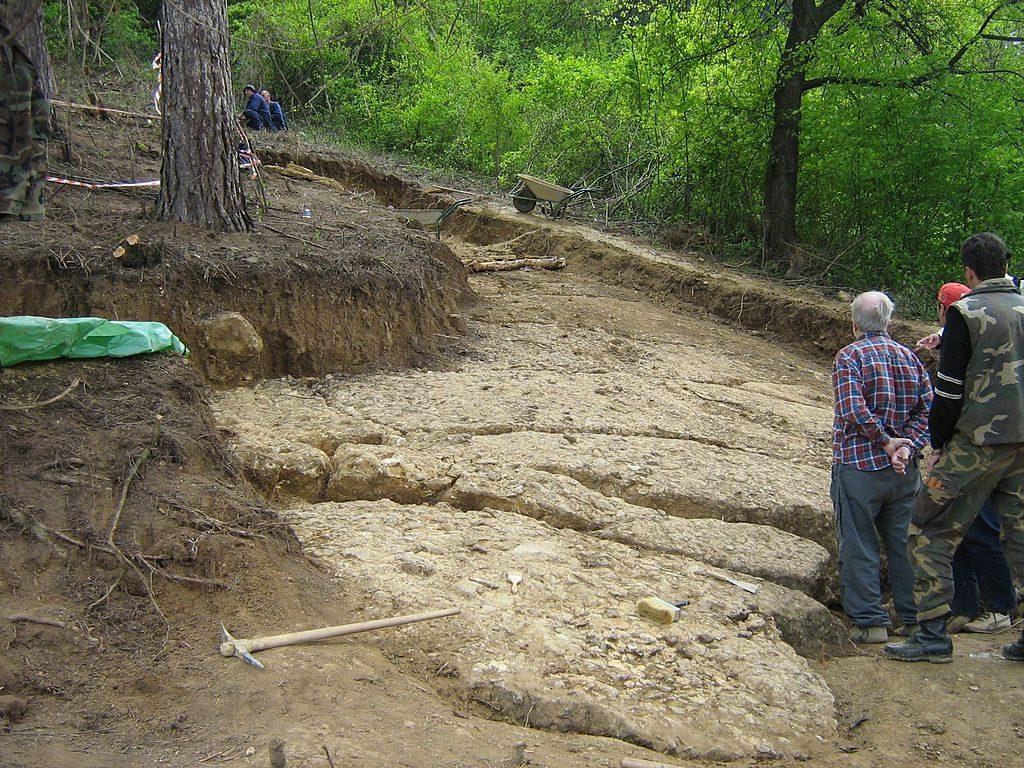 Struktury odkryte na zboczu wzgórza (piramidy) - Źródło: commons.wikimedia.org Foto: Mhare