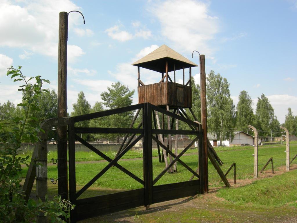 Obóz jeniecki w Łambinowicach, zrekonstruowana wieża strażnicza - Źródło: commons.wikimedia.org Foto: Jacques Lahitte