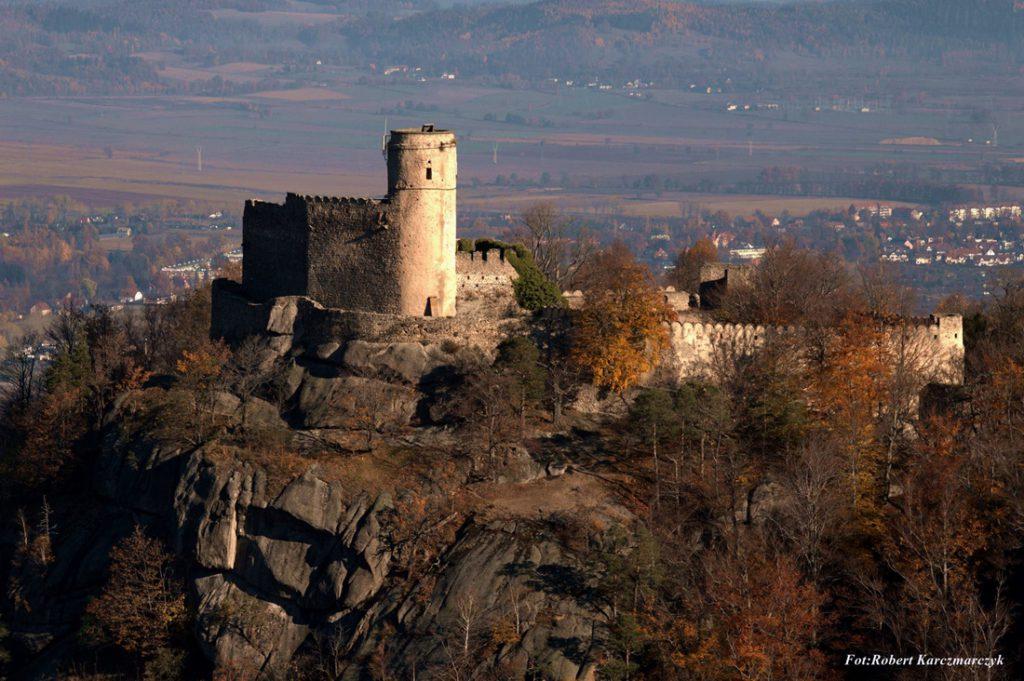 Zamek Chojnik od XVII wieku jest trwałą ruiną, ale zachowaną w dobrym stanie - Foto: Robert Karczmarczyk