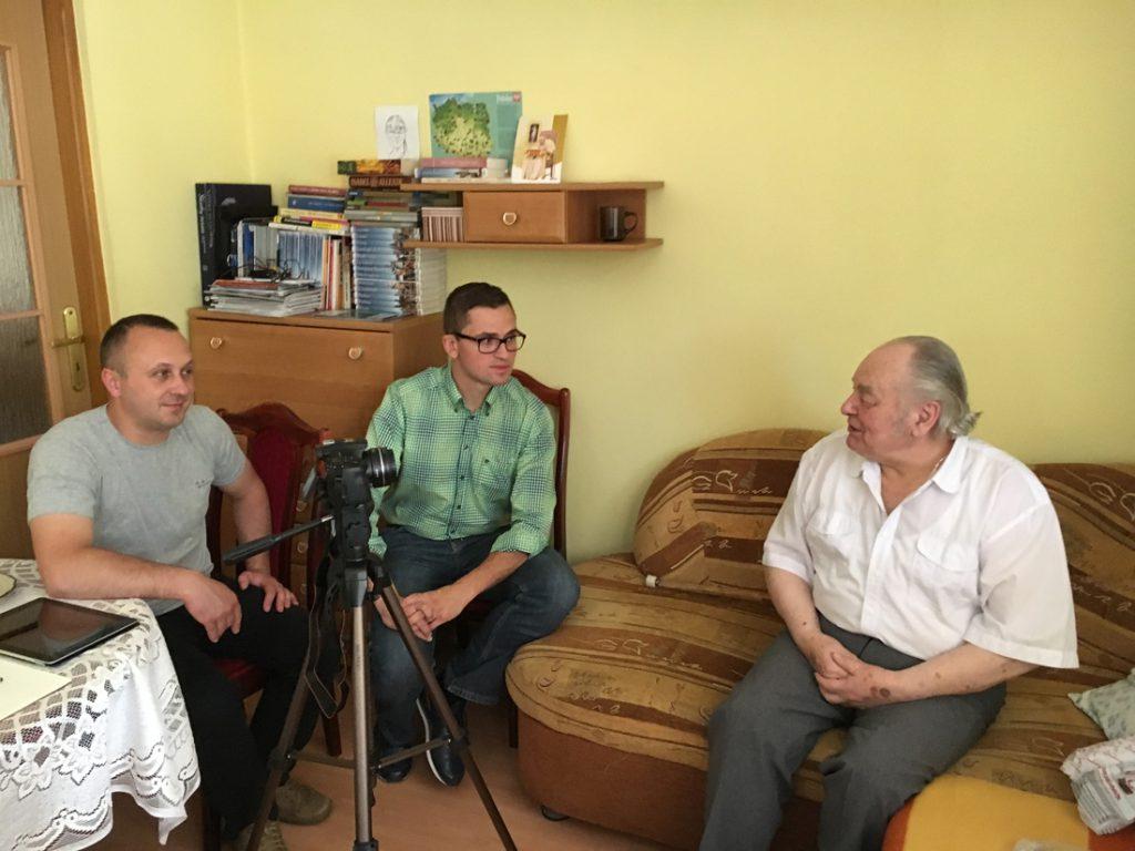 Marcin Pasek, Grzegorz Sanik i Hieronim Grębowicz podczas wywiadu z ocalałym świadkiem budowy Riese