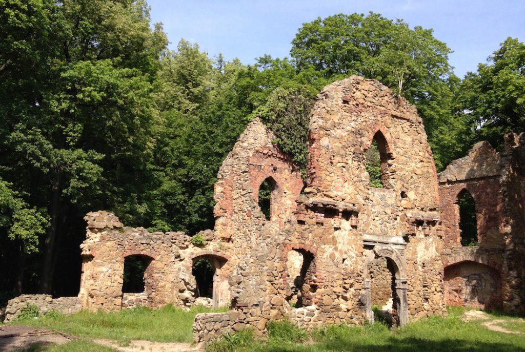 Zamek Stary Książ został wybudowany, jako sztuczne ruiny, ale na gruzach średniowiecznego zamku - Mapa zamków Dolnego Śląska