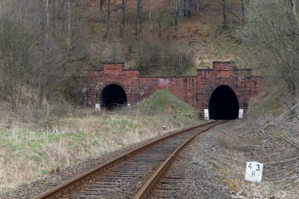 Dwie nitki (rury) tuneli kolejowych pod górą Sajdak