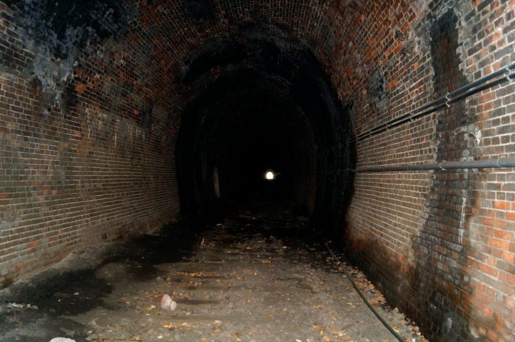 Opuszczony tunel pod Sajdakiem, torowisko zostało już rozebrane