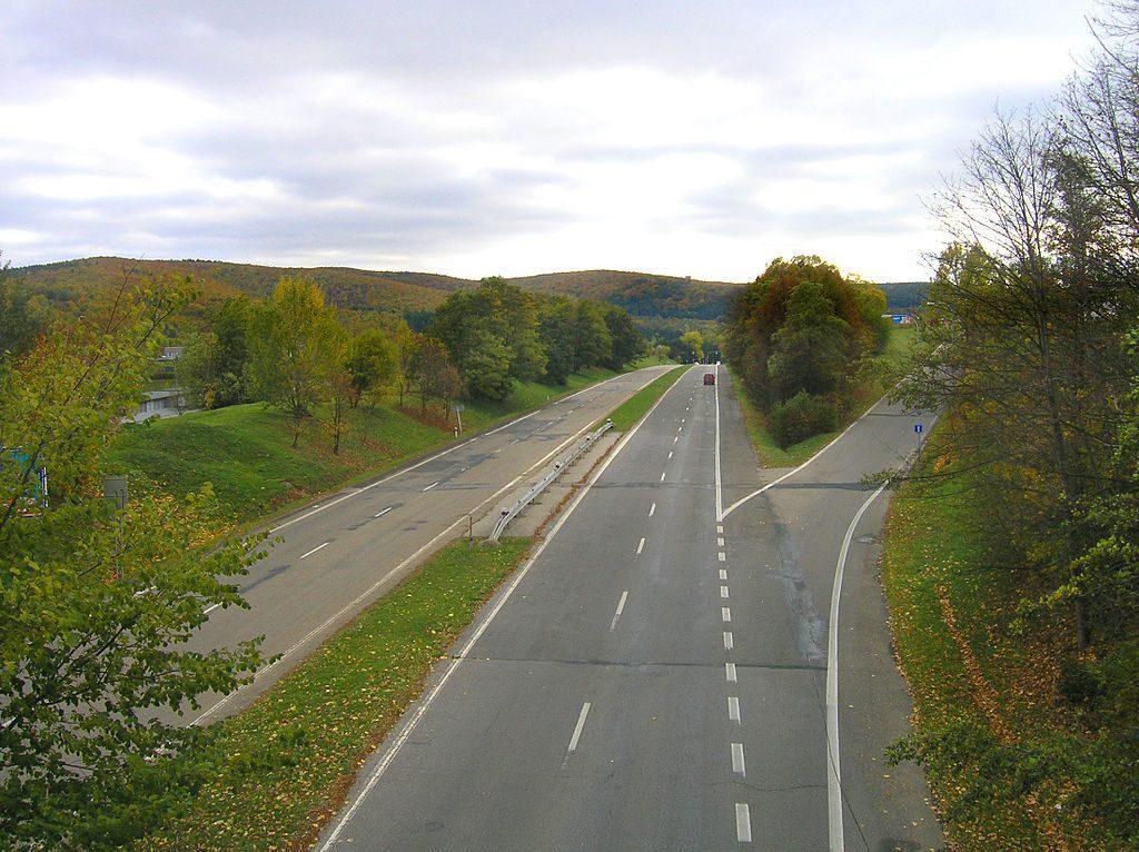 Fragment autostrady Hitlera w okolicach Brna, przerobiony po wojnie na zwykłą drogę - Źródło: commons.wikimedia.org Foto: Packa