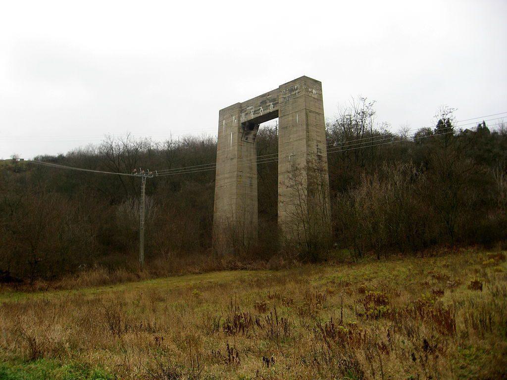 Filar nieukończonego mostu w okolicach Brna - Źródło: commons.wikimedia.org Foto: Dezidor