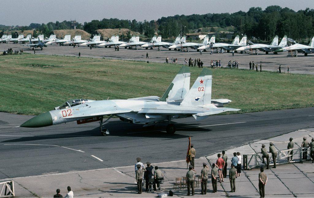 Samoloty myśliwskie Su-27 na lotnisku w Kluczewie (dziś dzielnica Stargardu) - 10 lipca 1992 roku - Źródło commons.wikimedia.org Foto: Rob Schleiffert