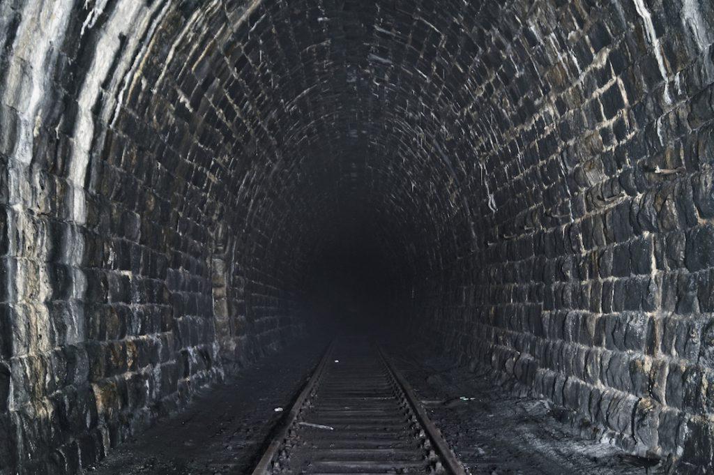 Tunel o pod Przełęczą Kowarską, zachowały się jeszcze tory
