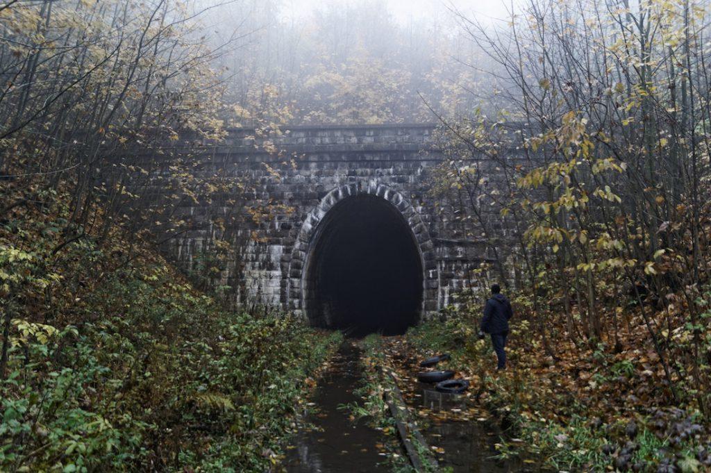 Początek tunelu kolejowego pod Przełęczą Kowarską