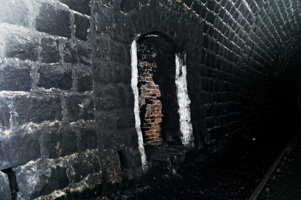 Tunele kolejowe mają wybudowane liczne tzw. wnęki ucieczkowe