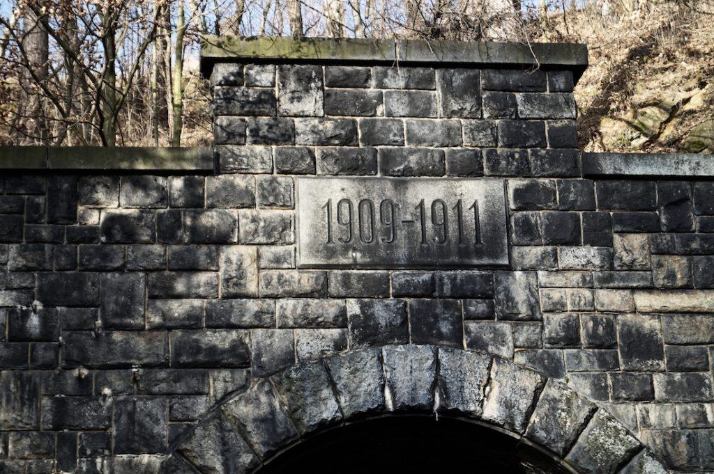 Pamiątkowy kamień z datą budowy nad wjazdem do tunelu pod Małym Wołowcem