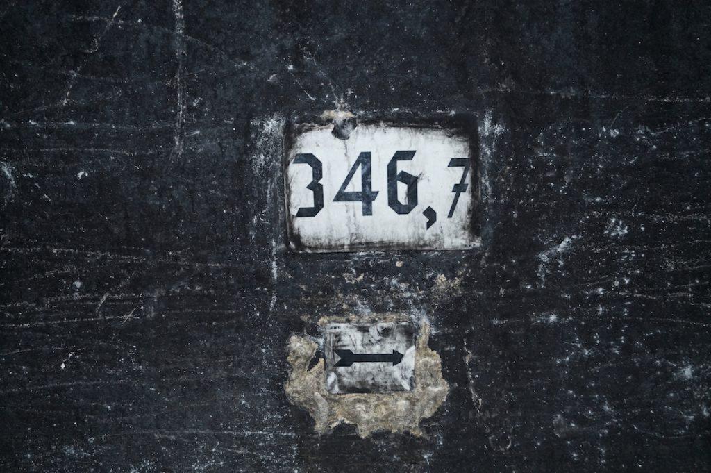 W tunelu zachowały się jeszcze niemieckie napisy