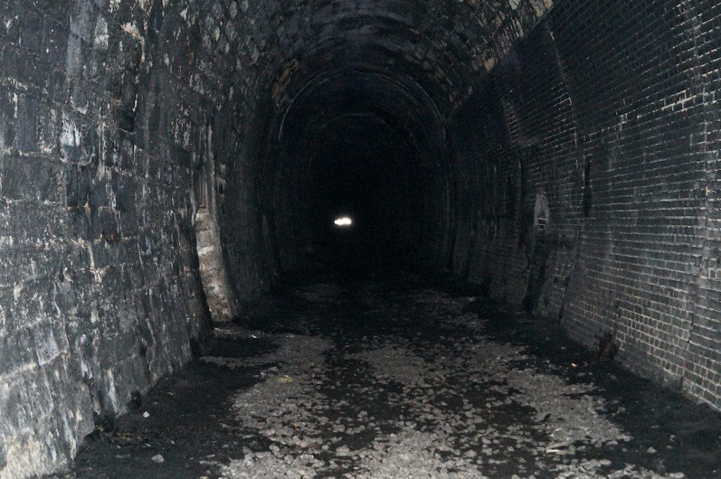 Nieużywana nitka tunelu pod Małym Wołowcem, tory są już rozebrane