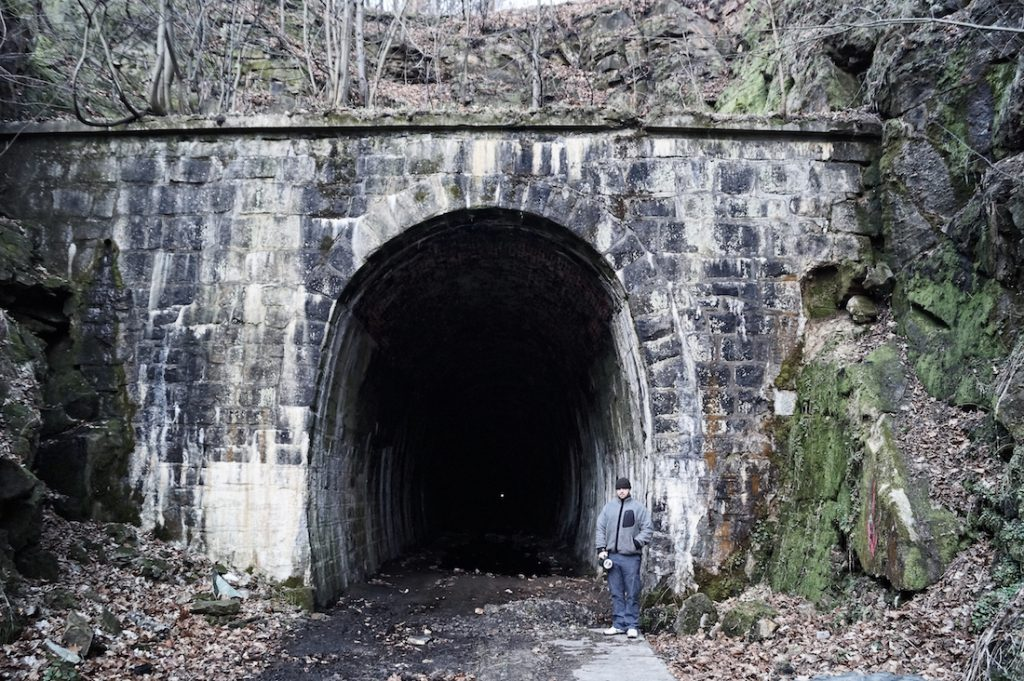Wjazd do tunelu pod Małym Wołowcem, w środku widać koniec tunelu (mały jasny punkcik)