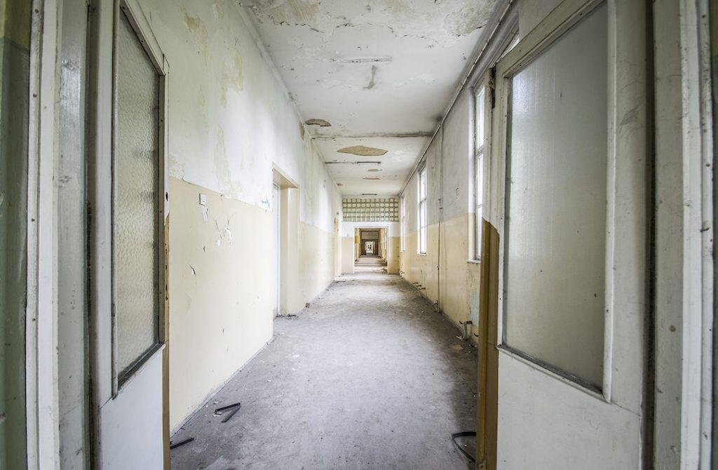 Kolejne szpitalne korytarze - Foto: Adrian Sitko
