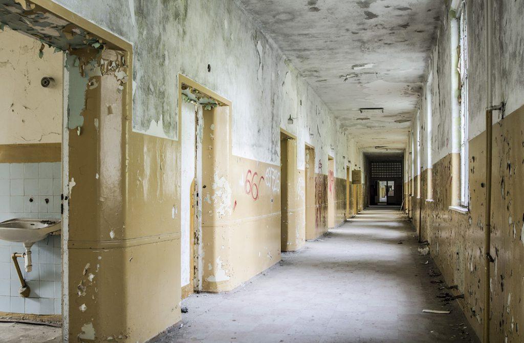 Długie szpitalne korytarze, po bokach sale chorych - Foto: Adrian Sitko