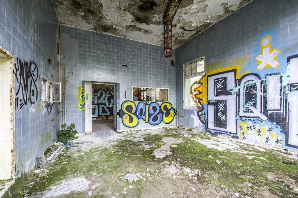 Główna sala operacyjna, wszelki sprzęt już dawno został wywieziony lub ukradziony - Foto: Adrian Sitko