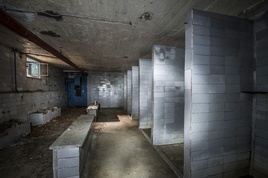 Chyba jakieś szpitalne łaźnie, prysznice - Foto: Adrian Sitko