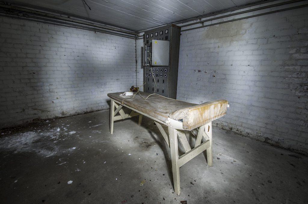 W piwnicach znajdziemy również dziwne pozostałości wyposażenia... - Foto: Adrian Sitko