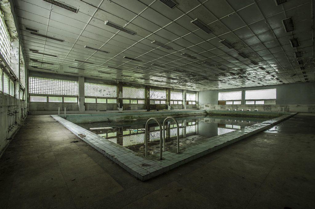 Basen w opuszczonym radzieckim szpitalu - Foto: Adrian Sitko