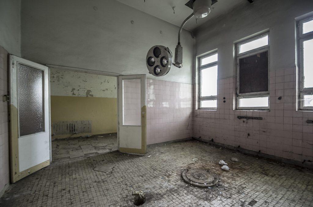 Prosektorium opuszczonego szpitala w Legnicy - Foto: Adrian Sitko