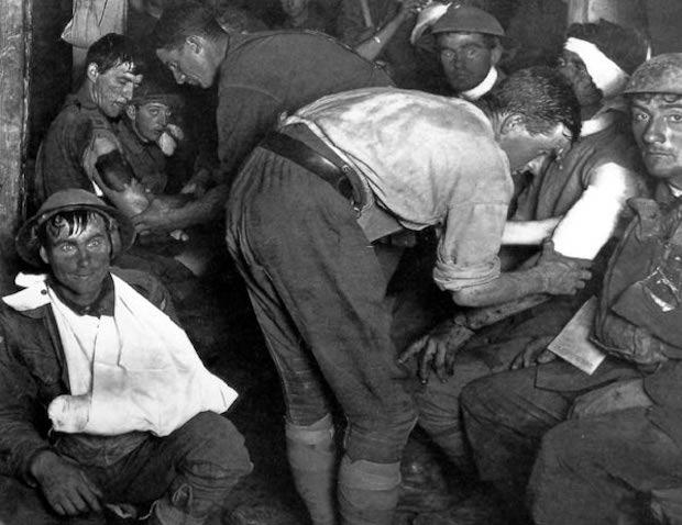 Australijski żołnierz spod Ypres (lewy dolny róg) zdradza objawy szoku bojowego