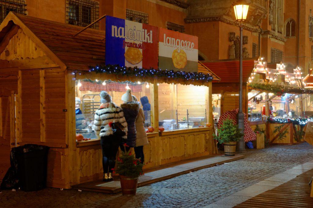 Kramy ze smakołykami i świątecznymi gadżetami