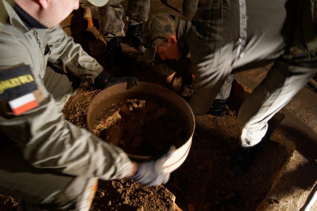Wybraną ziemię należy przesiać przez sito, odnalezione artefakty pozwolą określić datę zasypania tunelu