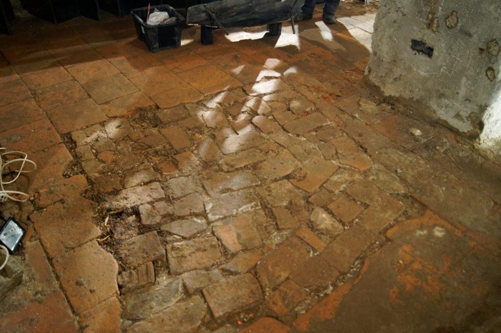 Drugie miejsce nosiło już ślady wcześniejszej rozbiórki - Ktoś tutaj grzebał! Może odnalazł jakąś skrzynię?