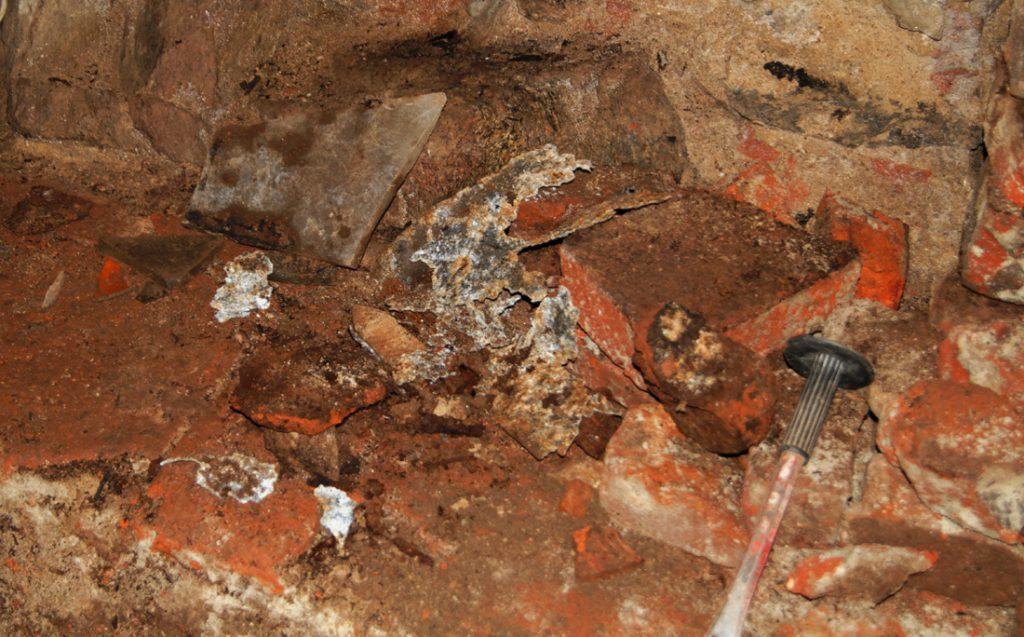 W drugim wykopie udało się odnaleźć drobne metalowe elementy