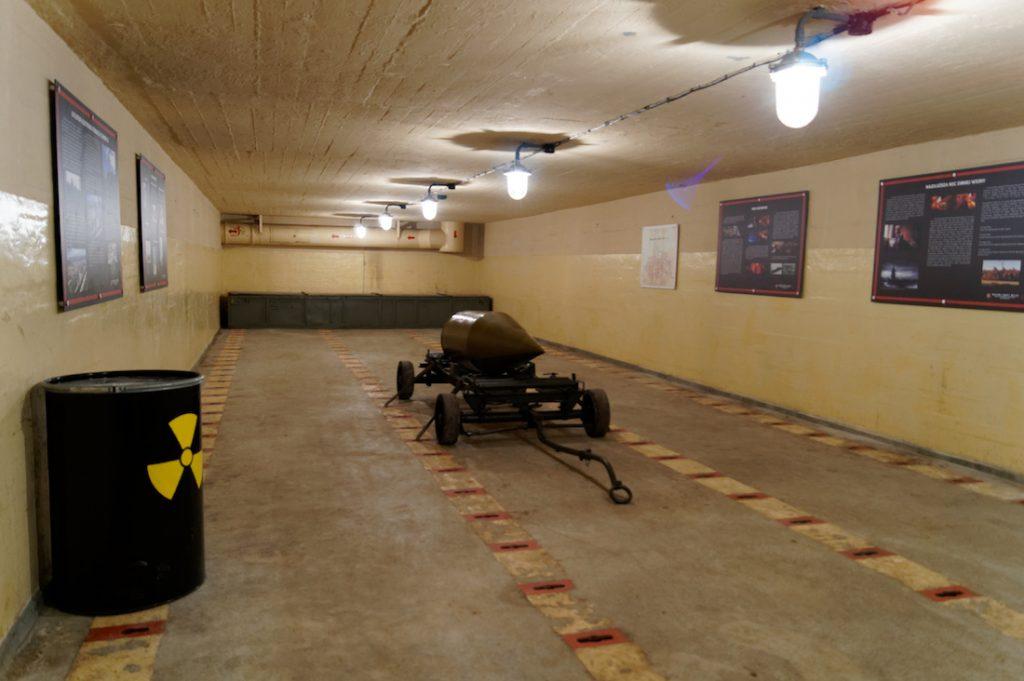 Jedno z czterech pomieszczeń magazynowych w schronie, w których były przechowywane głowice i bomby