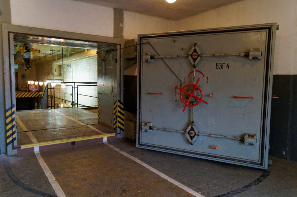 Masywne drzwi do obiektu robią naprawdę wrażenie
