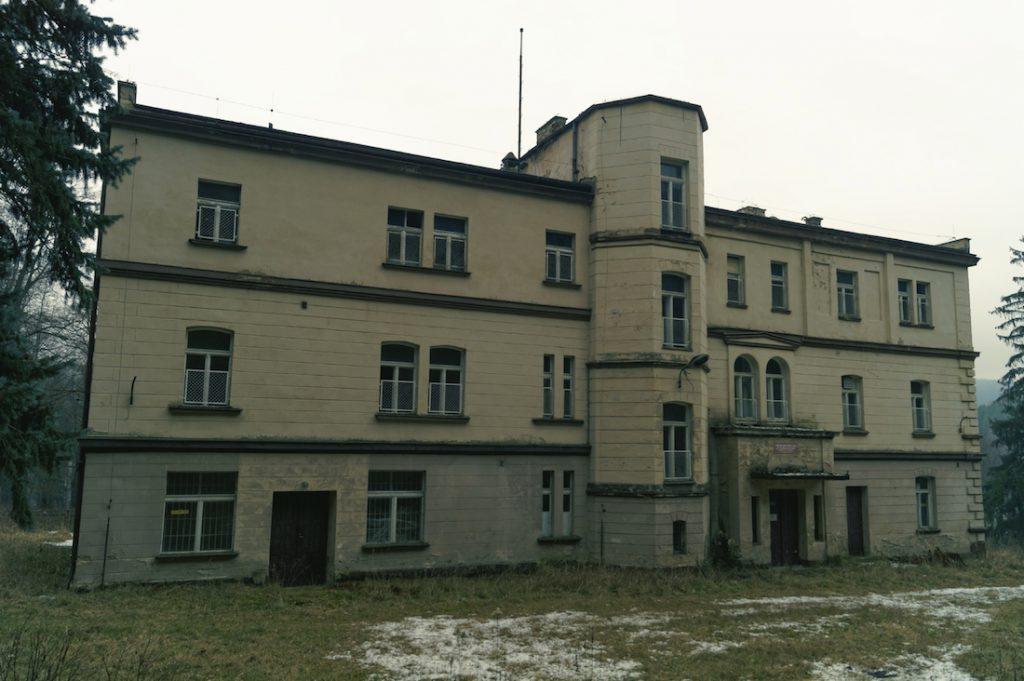 Pałac w Zagórzu Śląskim - W czasie wojny skrytka III Rzeszy dzieł sztuki zrabowanych w Polsce