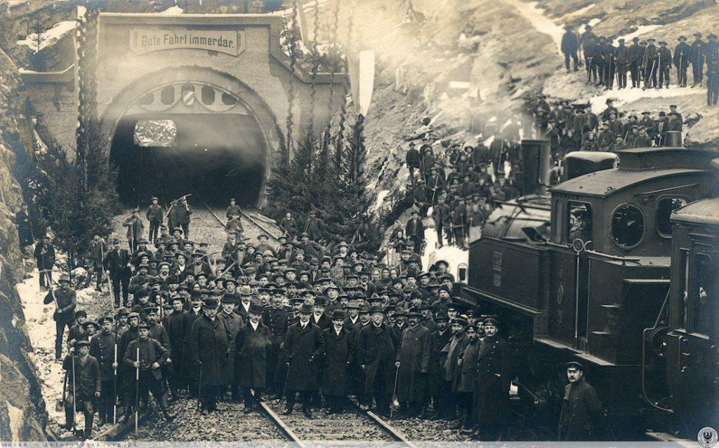 Pamiątkowe zdjęcie z otwarcia tunelu po remoncie, 1 grudnia 1909 roku - Źródło: dolny-slask.org.pl