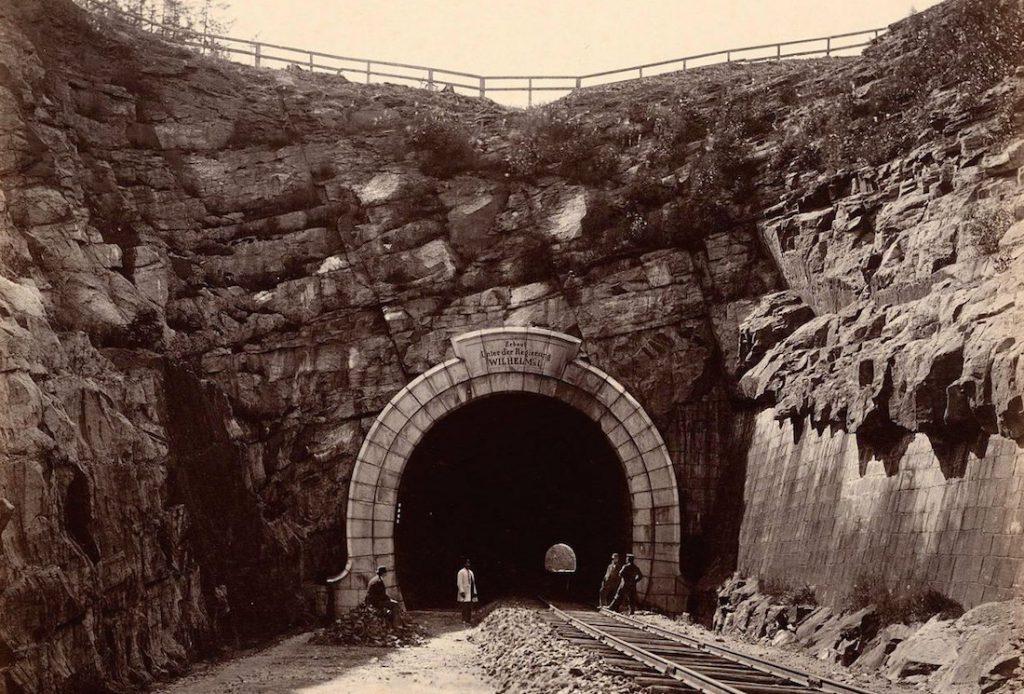 Tunel kolejowy pod górą Brzezinka - Zapomniany tunel kolejowy w Wałbrzychu - Źródło: dolny-slask.org.pl
