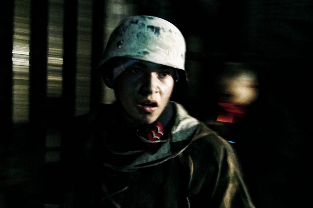 Żołnierze przedstawiają swoją sytuację uczestnikom nocnego zwiedzania