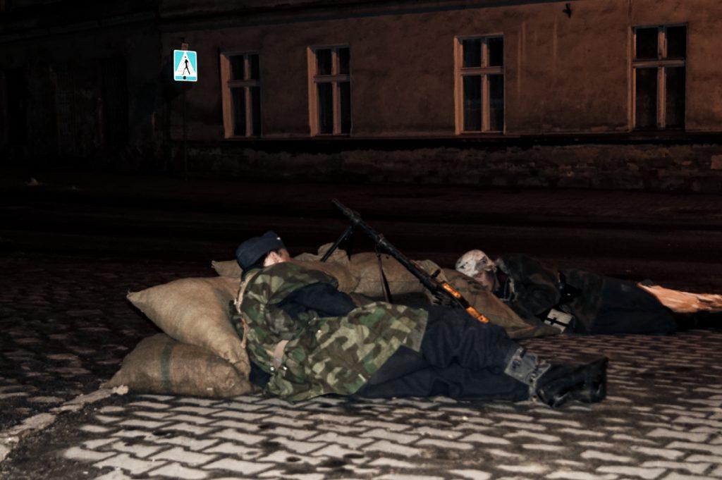 Inscenizacja rozpoczyna się od ostrzału stanowiska niemieckich żołnierzy