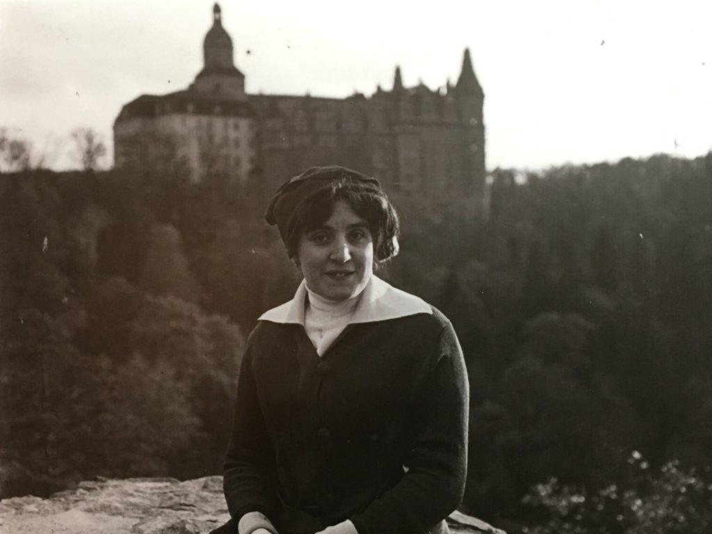 Jedna z archiwalnych fotografii - Ukochana żona Louisa Hardouina na tle Zamku Książ