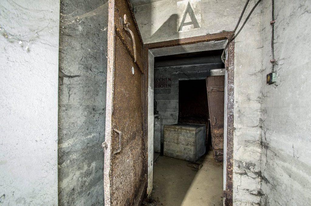 """Wejście """"A"""" do schronu od strony toalety - Foto: Adrian Sitko"""