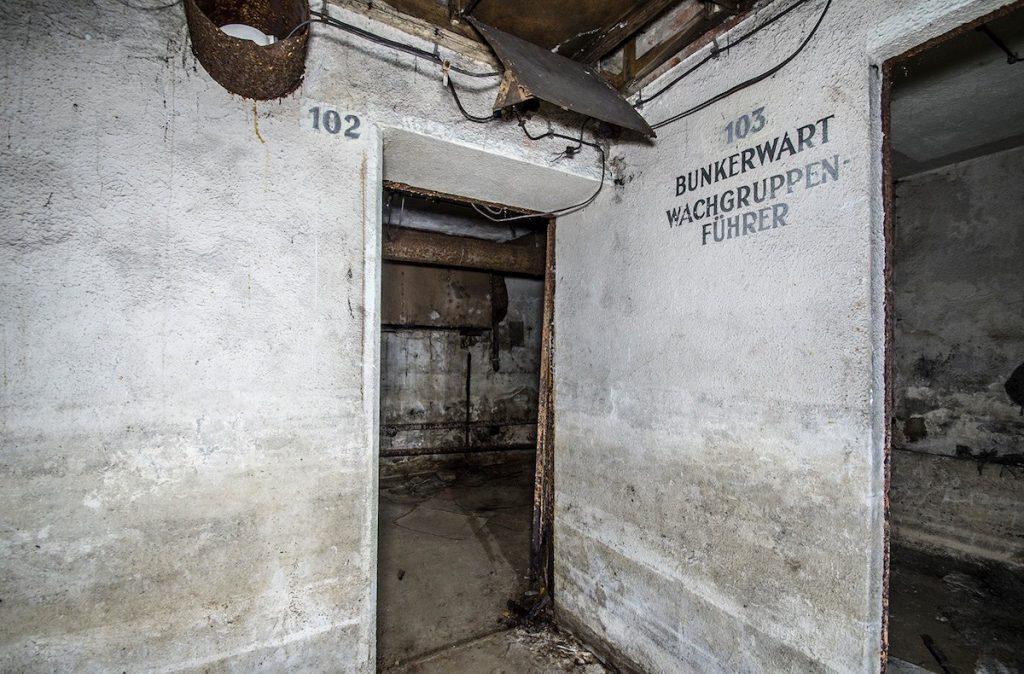 Zachowane napisy eksploatacyjne i numeracja pomieszczeń - Foto: Adrian Sitko