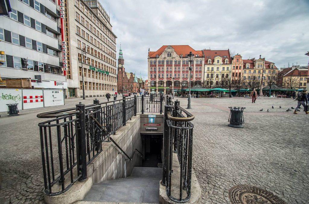 Wejście do schronu ukryte jest przy zejściu do publicznej toalety - Foto: Adrian Sitko